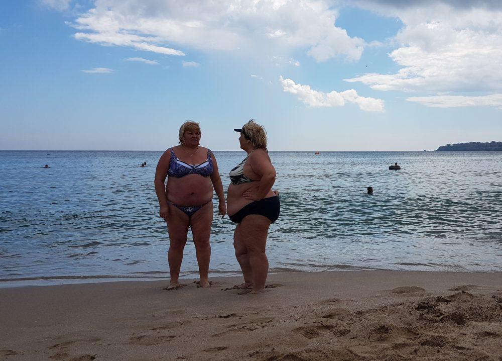 пенсионеры на пляже